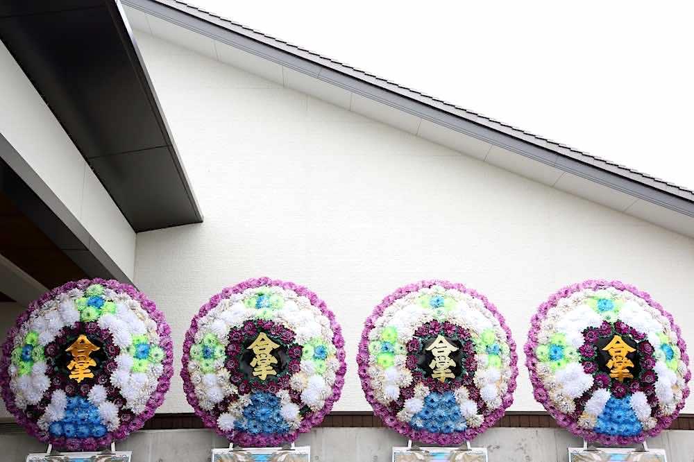 葬儀場の花輪