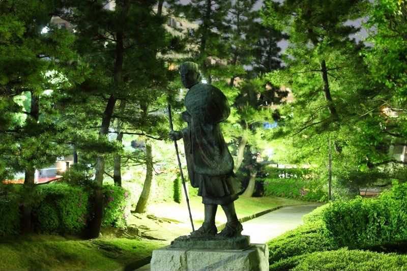 松尾芭蕉の像と草加松原
