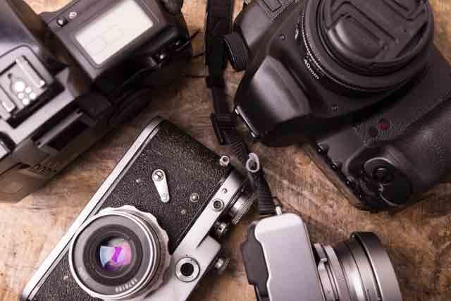 遺品として手元に残ったカメラのイメージ