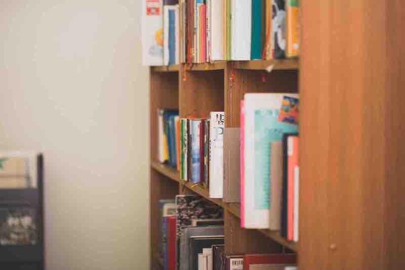 大量の本と本棚のイメージ